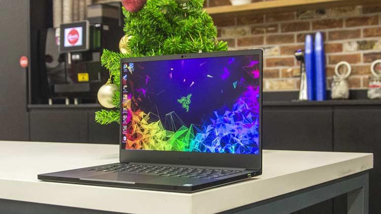 Obsah obrázku elektronika, stůl, počítač, vsedě  Popis byl vytvořen automaticky